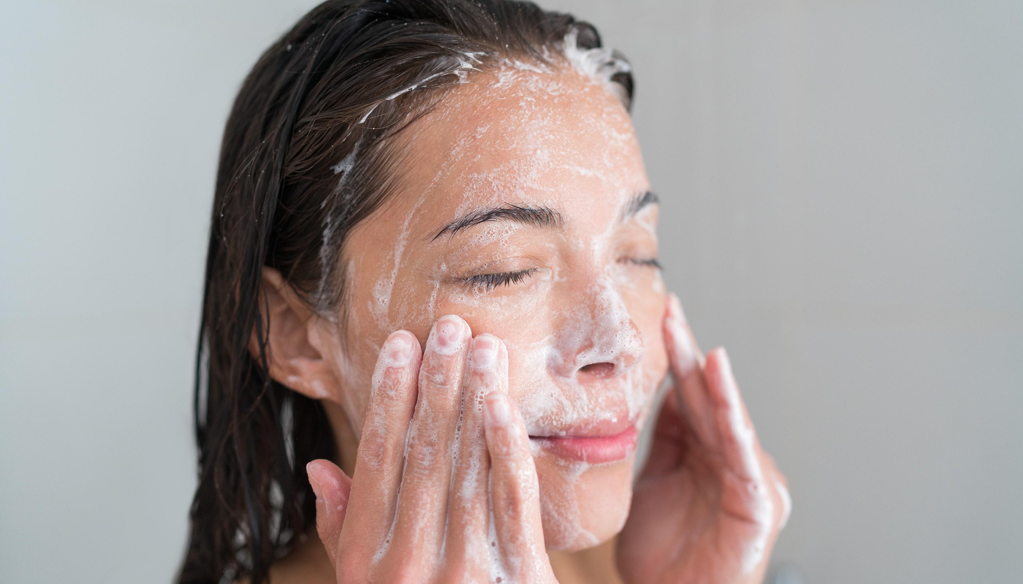 Cómo hacer un limpiador facial casero